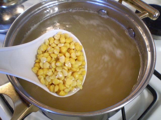 2. Доведите воду для супа до кипения, посолите и бросьте подготовленный горох. Чтобы подготовить его для варки, замочите в теплой воде на 30 минут. Промойте под проточной. Удалите порченные или черные зерна. Варите горох до мягкости.