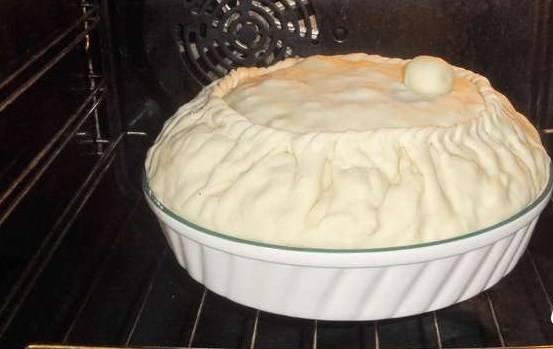 Сделайте дырочку, и из оставшегося теста скатайте колобок. Им мы накрываем дырочку. Отправляем балиш в духовку при 180 градусах. Готовность проверяем по ходу: пирог должен покрыться золотистой корочкой, а внутри должен образоваться бульон (поднимайте колобок — и проверяйте бульон, при необходимости — доливайте).