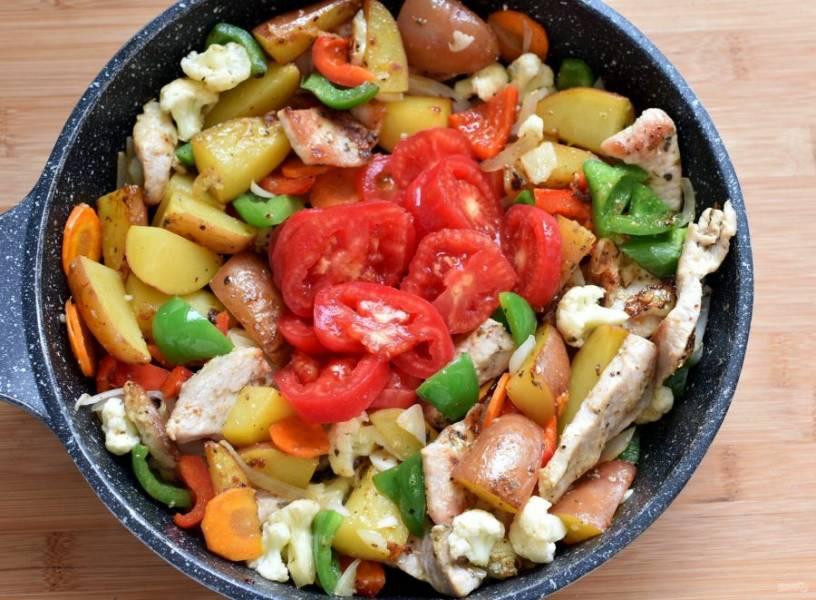 Добавьте помидоры и тушите без крышки 5 минут.