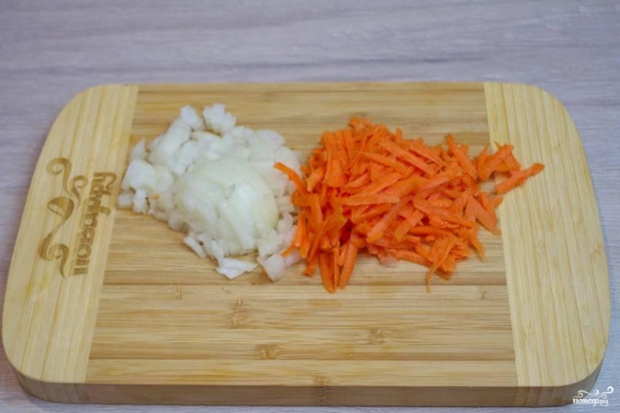 Репчатый лук нарежьте небольшими кубиками, а морковь очистите и натрите на крупной терке.