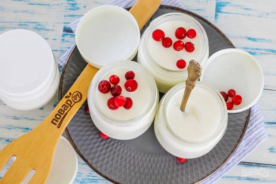 Подавайте домашний йогурт на завтрак или на полдник к столу вместе с ягодами, фруктами, сладкой или несладкой выпечкой. Он получается густым и вкусным! Его можно пить и натощак.
