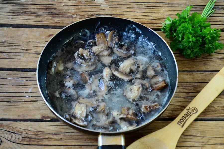 Затем влейте бульон (можно заменить водой), добавьте соль по вкусу. Перемешайте и готовьте, пока соус не станет густым.