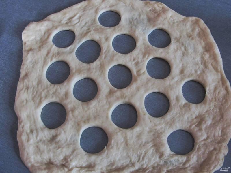 Оставшееся тесто тоже раскатайте в пласт, правда меньше, чем предыдущий. Сделайте небольшие круглые отверстия в нем.