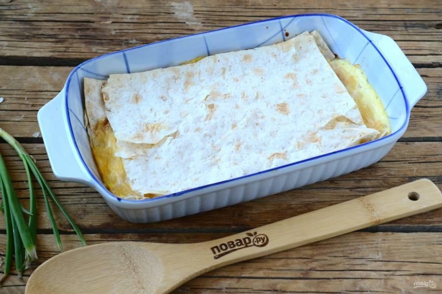 Отправьте пирог в духовку, разогретую до 180 градусов, на 20 минут. Как только увидите, что сыр расплавился, а яйцо свернулось, вынимайте пирог из духовки.