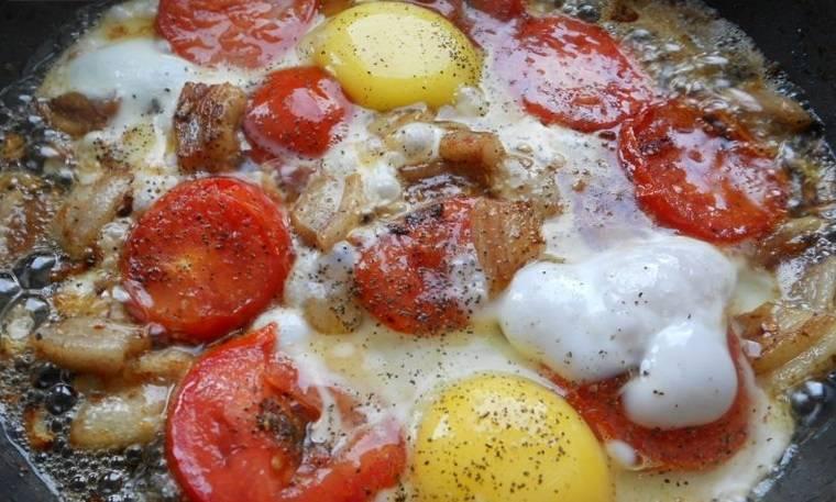Затем добавляем яйца (я предварительно слегка взбила их) и обжариваем все до готовности. Посолить и поперчить.