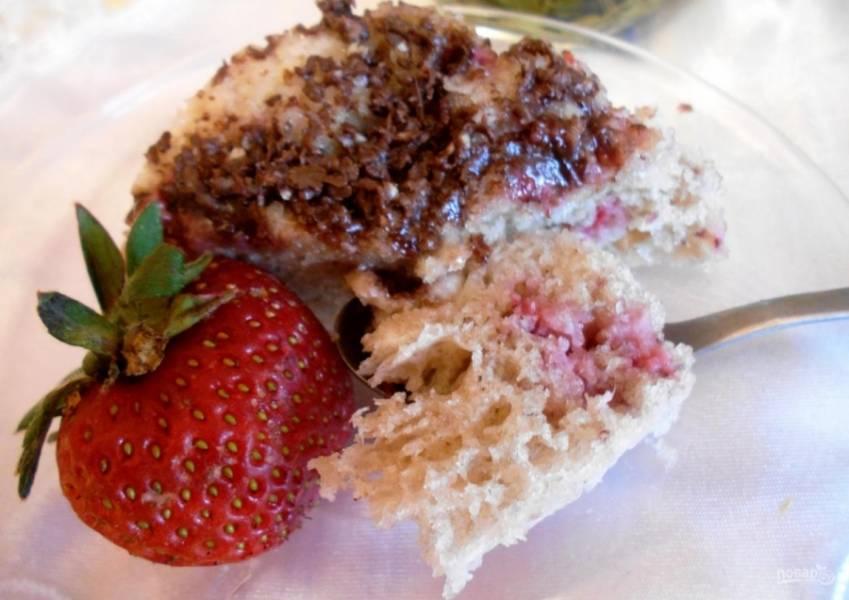 9.Готовый кекс украшаю тертым шоколадом, клубникой и подаю к столу.