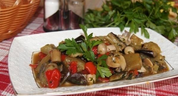 8. Соль и специи добавляем по вкусу. Я обычно использую смеси перцем и травы, а также приправы для рагу. Подаем тушеные баклажаны с грибами в горячем или холодном виде.