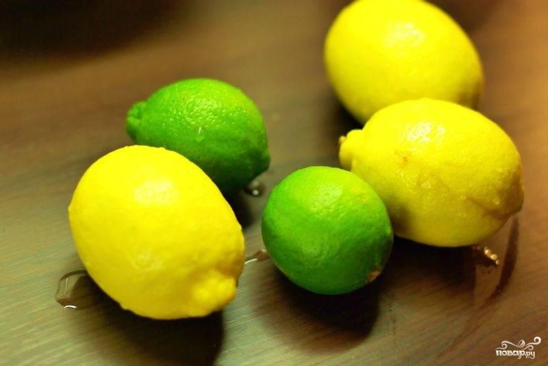 Пока начинка взбивается, выдавливаем лимонный сок и натираем цедру лаймов.