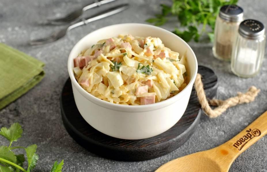 Салат с яйцом, капустой и колбасой готов. Можно сразу подавать его к столу. Приятного аппетита!