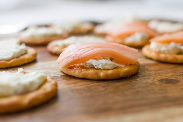 5. Вот такой простой рецепт семги с творожным сыром. Закуска всего за 10-15 минут будет готова и может быть подана гостям и близким.
