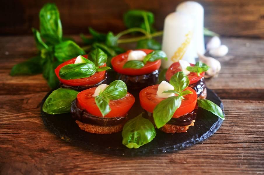 Маринованные баклажаны с моцарелой и томатами
