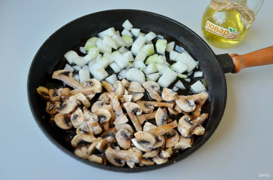 3. На растительном масле обжарьте лук и грибы, если сковорода маленькая, то лучше сначала обжаривать лук, потом добавлять грибы. Крышкой накрывать не нужно.