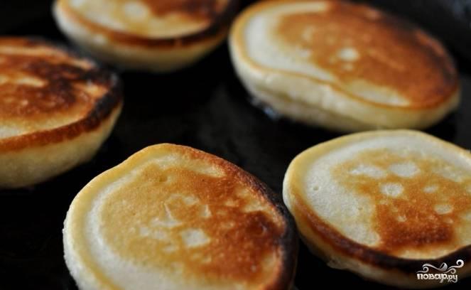 3. Сначала поджарьте оладушку с одной стороны до золотистого цвета. Затем переверните на другую сторону и продолжайте жарить. Готовые оладьи сложите в тарелку и кушайте теплыми. Приятного аппетита.