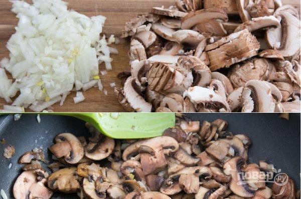 Промойте и очистите грибы и лук. Грибы нарежьте пластинками, а лук - мелким кубиком. В разогретую сковородку отправьте оба вида масла и обжарьте лук с грибами на большом огне в течение 3-5 минут.