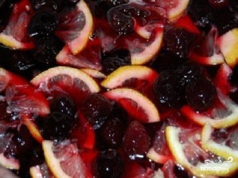 2.Пока варенье настаивается, приготовьте лимон. Его надо промыть и нарезать на тонкие дольки. Косточки обязательно удалите. Они могут дать ненужную горчинку варенью. Положите дольки лимона в варенье, еще раз доведите до кипения и на маленьком огне поварите 5-7 минут. Опять оставляем чашку с вареньем на 5-6 часов.