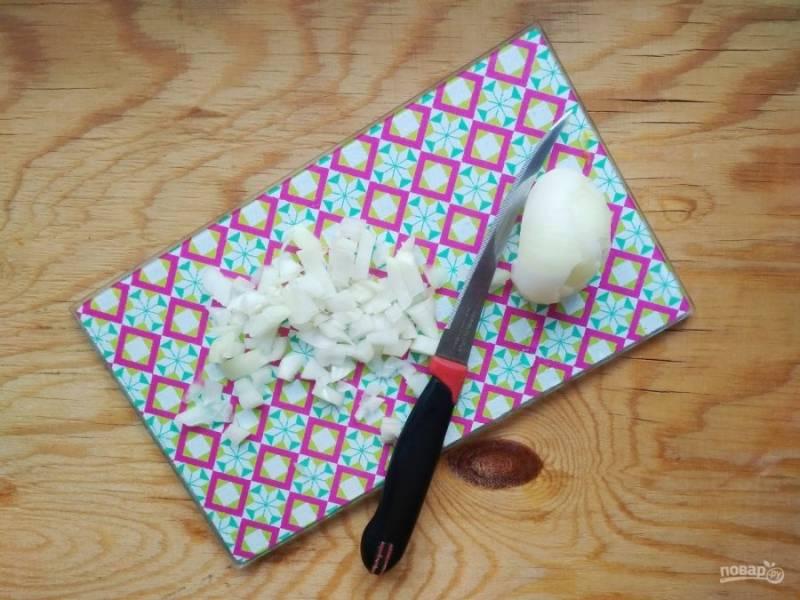 3. Потом мелко нашинкуйте очищенный лук.