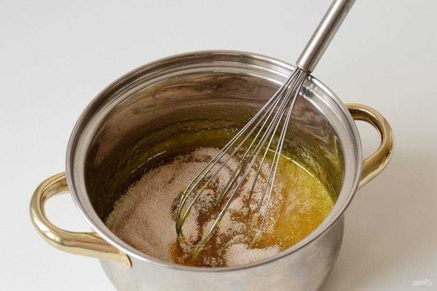 Всыпьте сахар, который был смешан с пектином, быстро перемешайте.