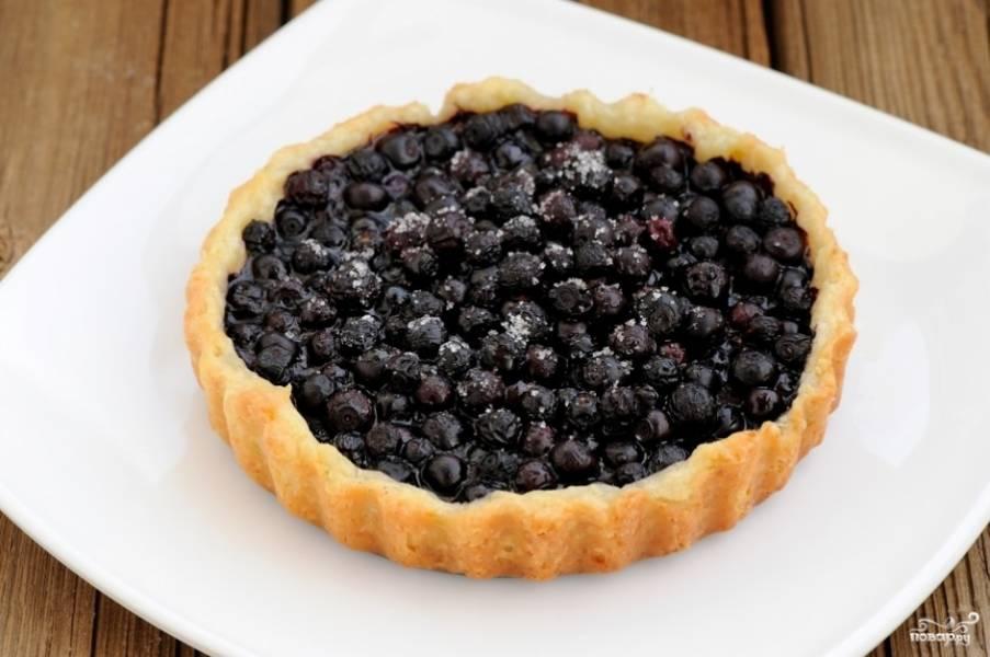 Наполните корзинки ягодами, отправьте формочки в разогретую до 200 градусов духовку на 30-40 минут.  Если тесто подрумянилось и стало по краям золотистым, корзинки готовы.