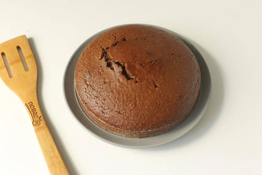 Шоколадный манник на сметане готов. Дайте ему немного остыть, затем аккуратно извлеките и подавайте к столу. По желанию пирог можно украсить сахарной пудрой или полить шоколадной глазурью.