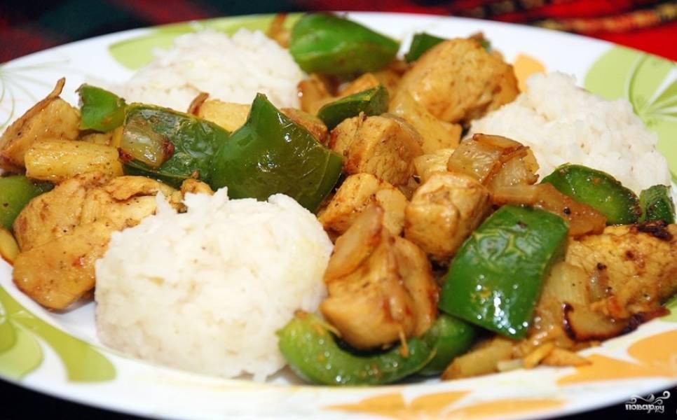 4.Подаем курицу карри с ананасами, дополнив отварным рисом. Приятного аппетита!