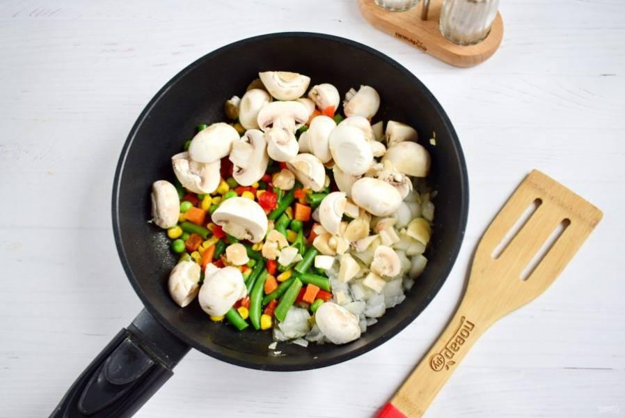 Грибы вымойте, обсушите, разрежьте на четвертинки. Обжарьте вместе с овощами в течение 2 минут. Посолите и поперчите по вкусу.