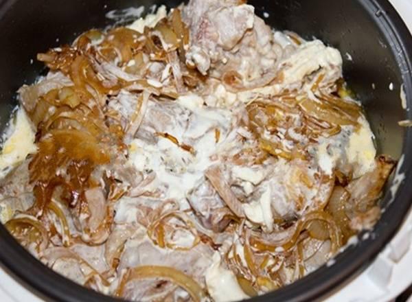 """4. Добавим к кролику обжаренный лук, заливаем все это дело сливками, добавим специи и сливочное масло. И в режиме """"Тушение"""" держим час."""