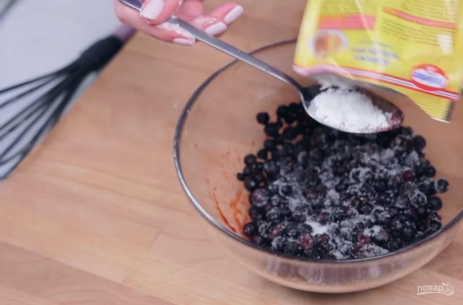 2. Замороженную чернику смешайте со столовой ложкой сахара и крахмалом так, чтобы все ягодки были покрыты крахмалом.