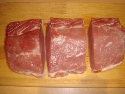 Свинину нарезаем на три равные части.