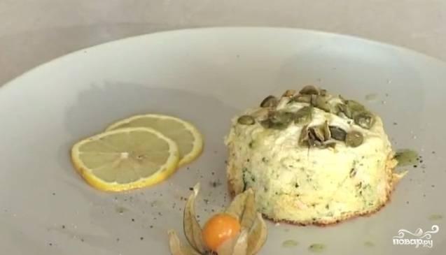 """10. Украшайте по вашему желанию. У меня был лимон и помидоры черри, а также готовый """"зеленый соус"""". Я решила сделать вот такую презентацию. С таким суфле отлично сочетаются яркие овощи или листочки базилика."""