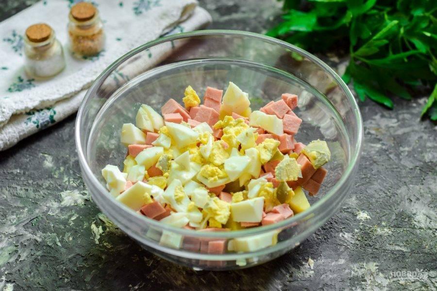 Куриное яйцо отварите вкрутую, очистите и нарежьте кубиками, добавьте в салат.