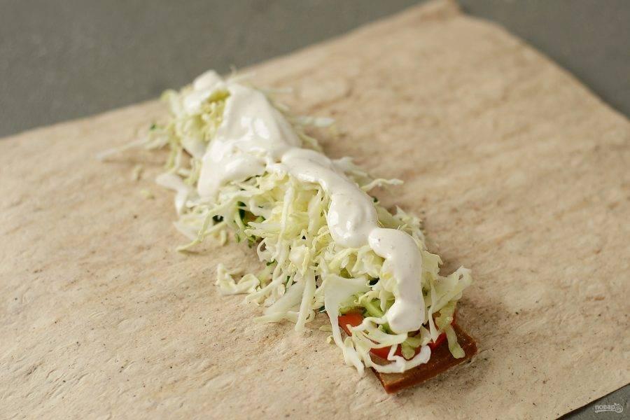 Затем добавьте капусту. Сверху полейте постным майонезом.