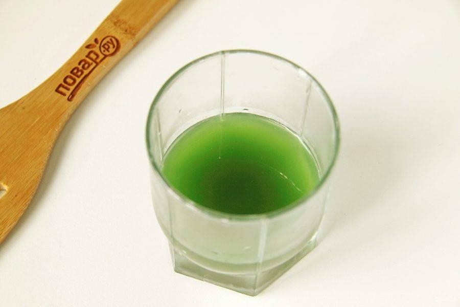 Затем процедите зелень через сито и перелейте в стакан нужное количество жидкости.
