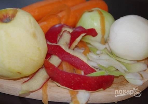 Очистим редьку, морковь и яблоки от кожуры.