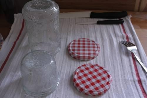Простерилизуйте баночки и крышки для закатки.