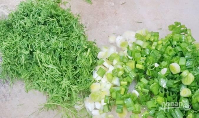 Промойте и измельчите зелёный лук с укропом.