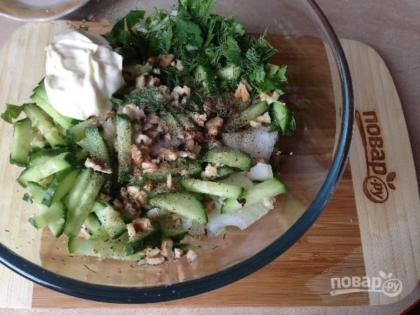 4. Перекладываем все подготовленные ингредиенты в салатник, добавим соль, перец и лимонный сок. И по вкусу добавим майонез.