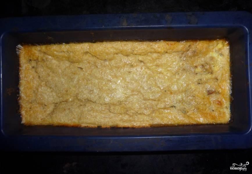 4. Выливаем сверху теперь остаток теста, запекаем пирог примерно полчаса при 180 градусах.