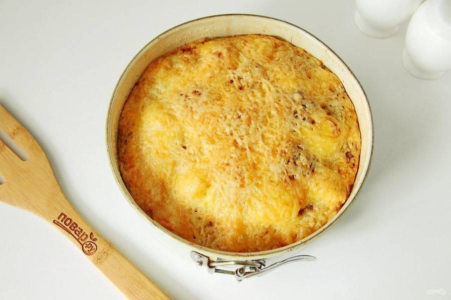 Пирог с фрикадельками под сырной корочкой готов. Дайте ему постоять 15-20 минут и подавайте к столу.