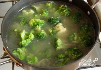 В кастрюлю добавляем 300мл воды, брокколи и 1 литр куриного бульона. Солим и перчим.