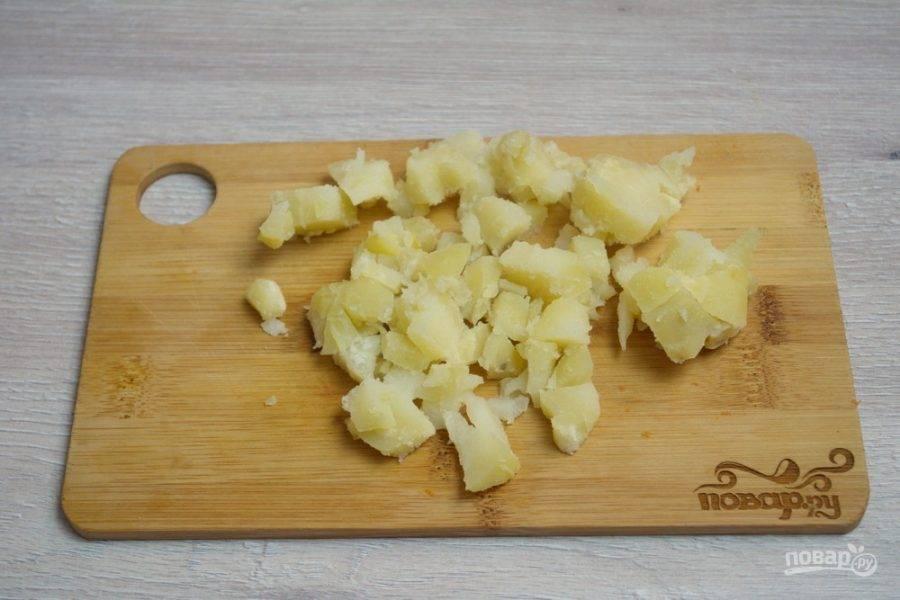 7. Отварной картофель очистим и нарежем кубиком.