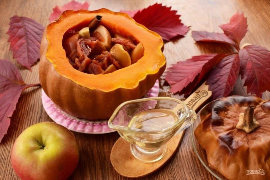 """Достаньте тыкву из духовки, остудите. Снимите """"крышку"""", удалите имбирь и палочку корицы. Полейте яблоки медом. Приятного аппетита!"""