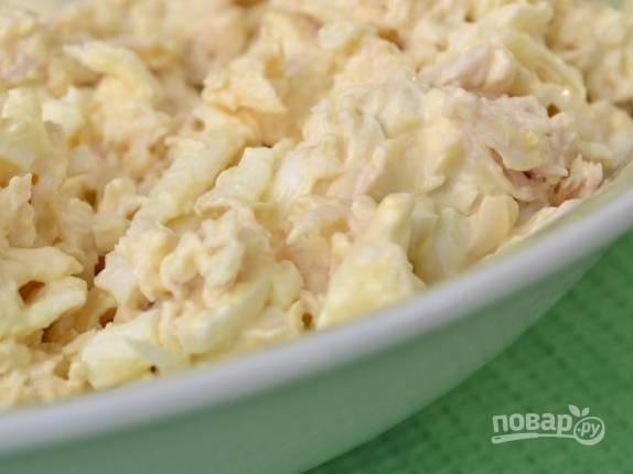 3. Натрите на терке плавленый сыр, соедините все ингредиенты в любой подходящей по размеру ёмкости. Аккуратно перемешайте, по вкусу добавьте соль, перец и немного майонеза.