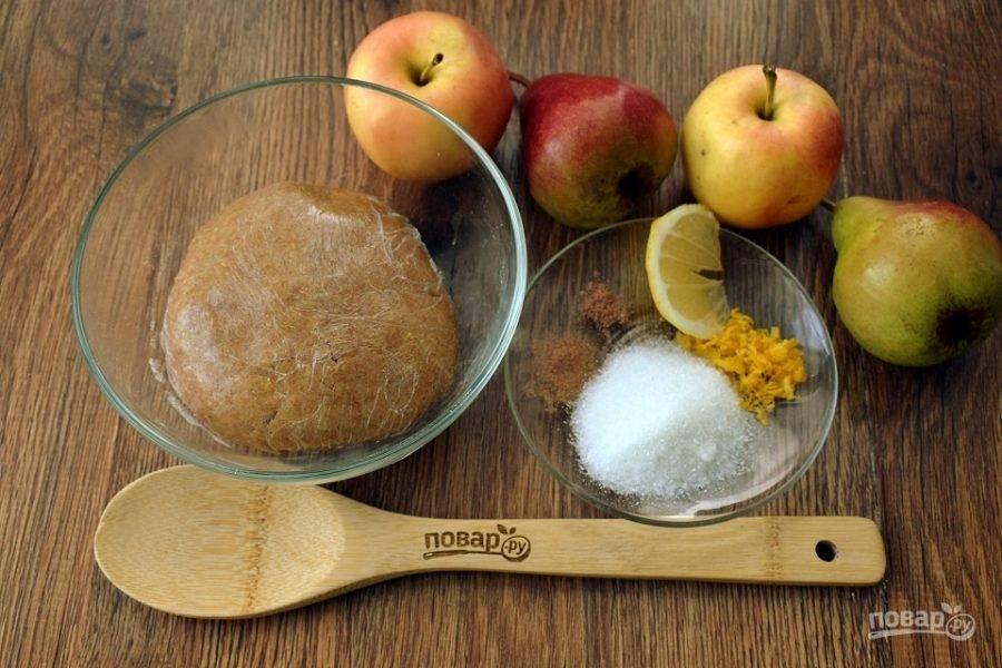 Муку соедините с  корицей (1/2 ч. л.), мускатным орехом (1/2 ч. л.),  сахаром (2 ст. л.), яйцом и сливочным маслом. Замесите тесто, накройте его пищевой пленкой и отправьте в холодильник на 40 минут.