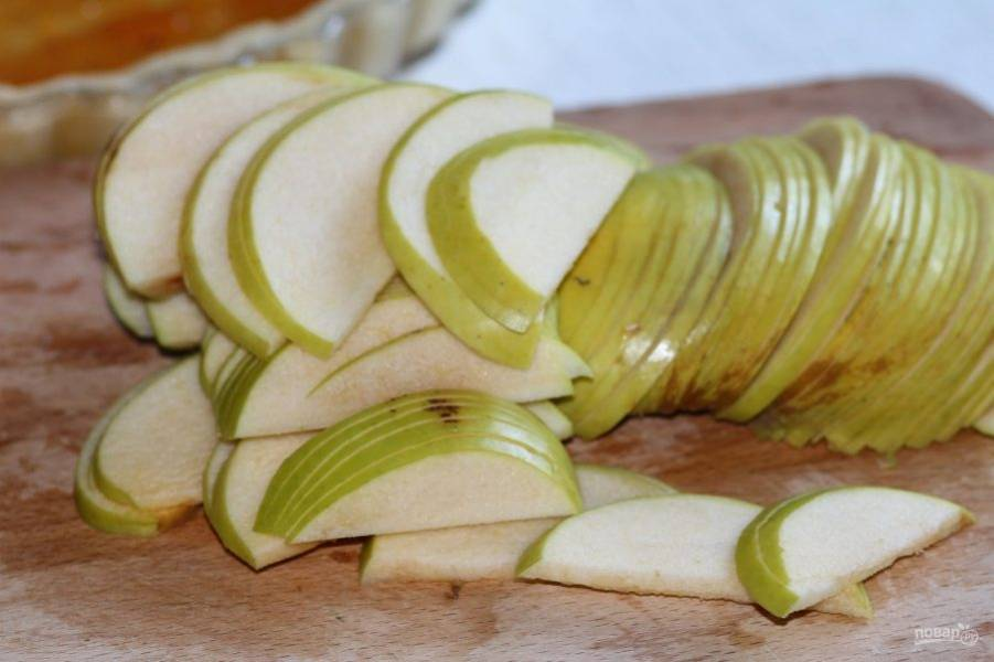 А яблоко нарежьте тонкими дольками.