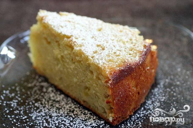 4. Перед подачей посыпать пирог сахарной пудрой, нарезать на кусочки и подавать со взбитыми сливками, при желании.
