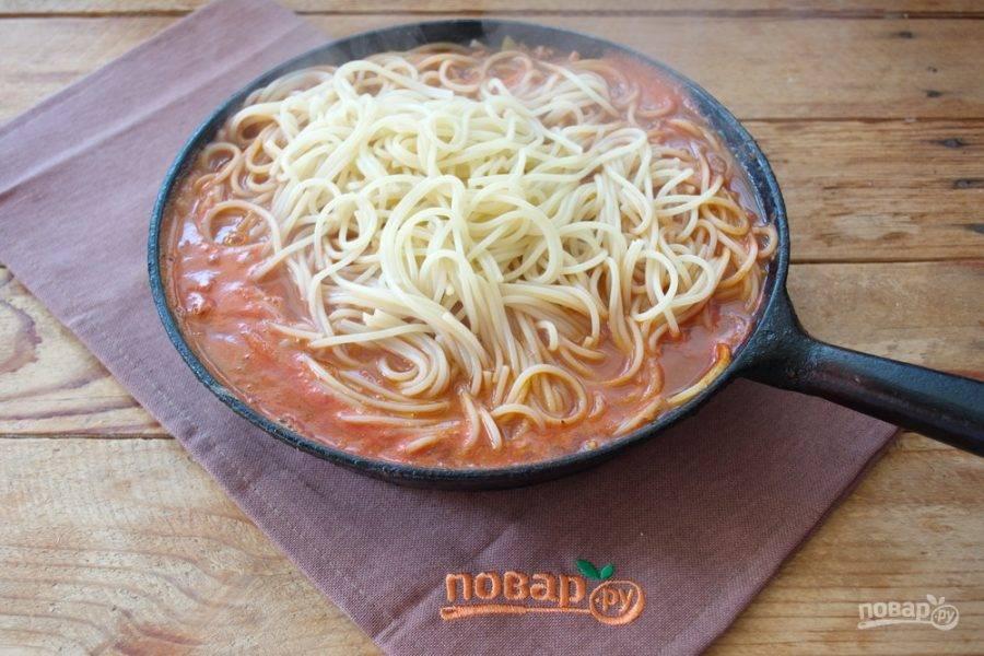 Тушите мясной соус до момента, когда все компоненты соуса станут мягкими, а сама подливка приобретет нужную консистенцию. Настоятельно рекомендую добавить ложку сахара в соус, ведь томатная паста и вино довольно кислые. Добавьте специй по вкусу. Я использовала соль, черный молотый перец, кориандр и сушеный базилик. Отварную пасту (без воды) выложите в сковороду и перемешайте.