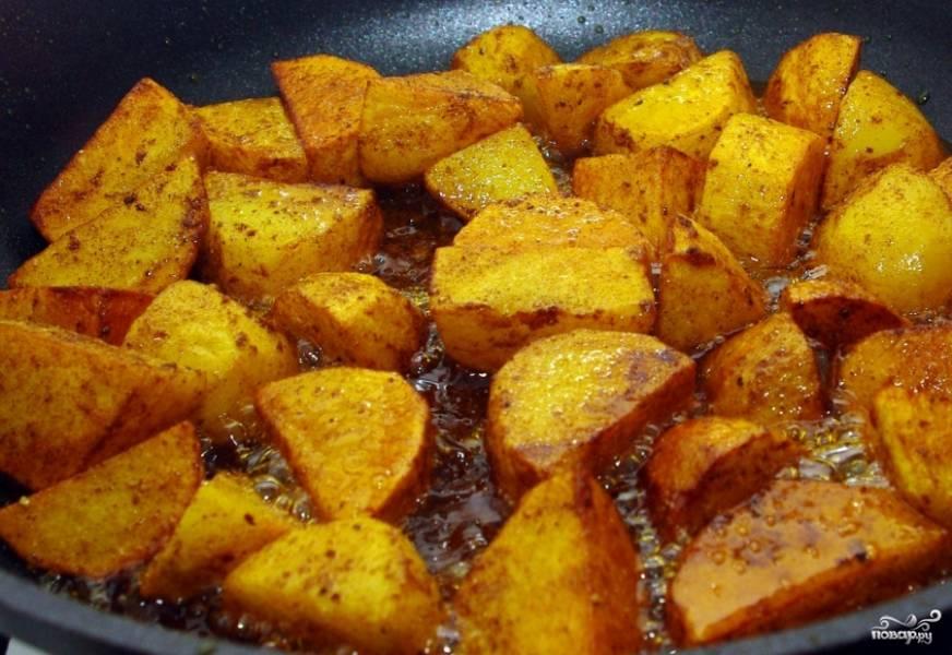 Картофель чистим. Нарезаем некрупно и подрумяниваем на растительном масле на отдельной сковороде. В конце к картофелю добавляем перчик чили.