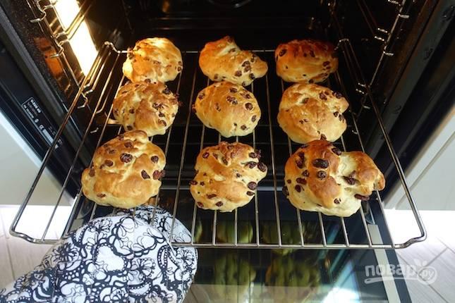 9.Отправьте булочки в разогретый до 180 градусов духовой шкаф на 20-25 минут.
