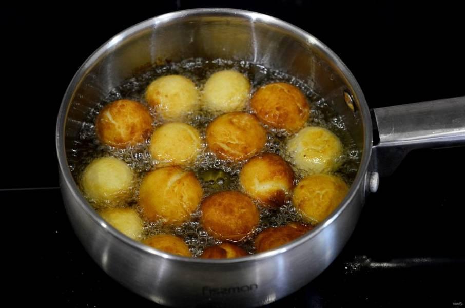 5. Формируйте пончики и обжаривайте в кипящем масле.
