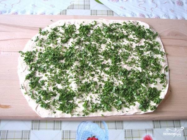 3. Аккуратно разверните лаваш, смажьте тонким слоем соуса и присыпьте зеленью. В данном случае это укроп.